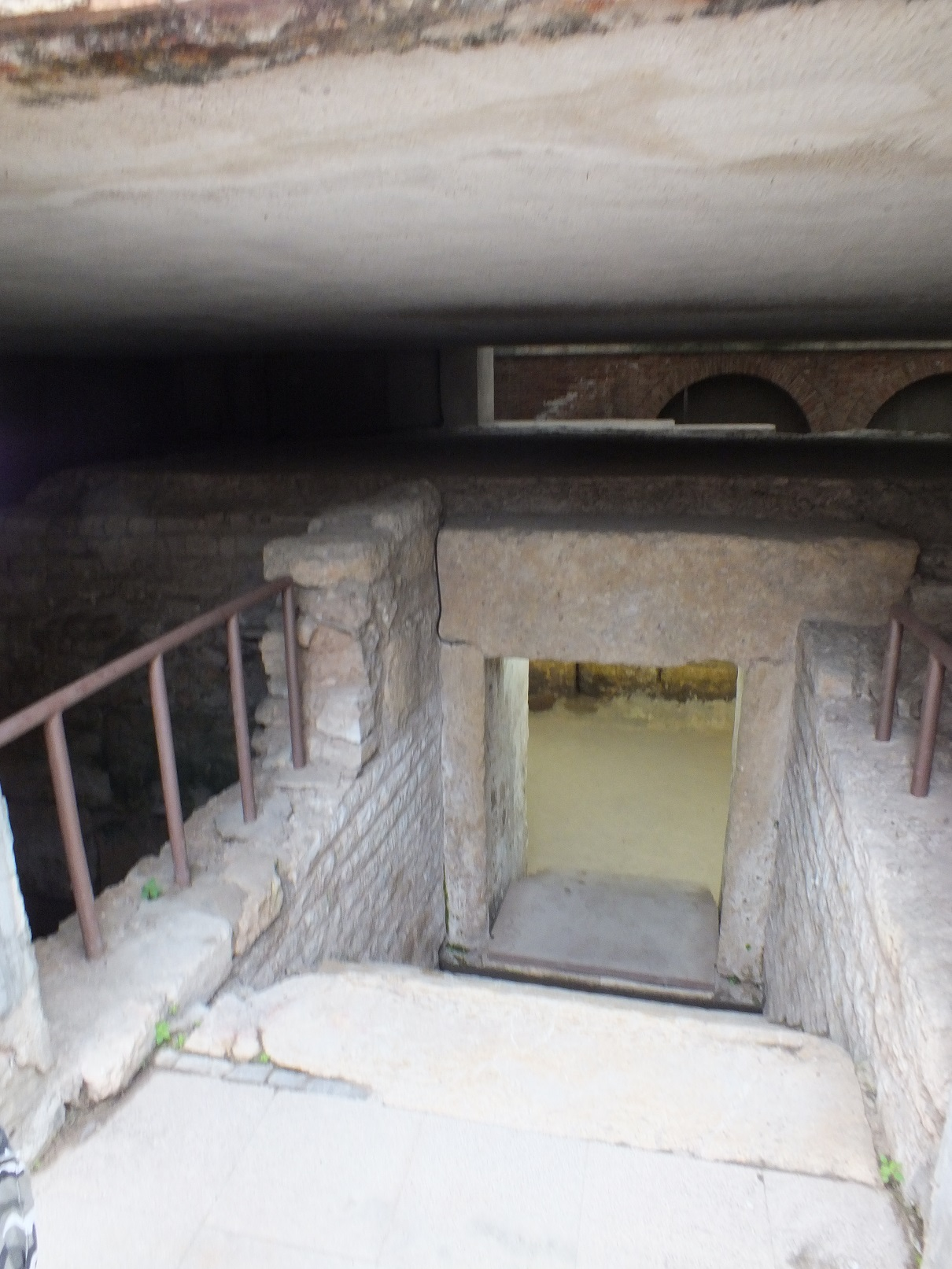 Tarragona necropolis into the crypt