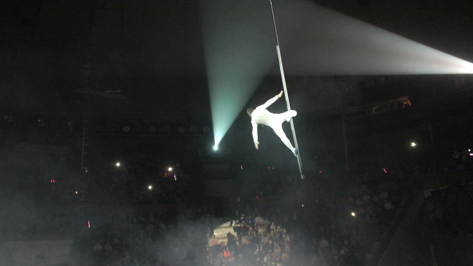 Воздушный гимнаст в цирке Баку