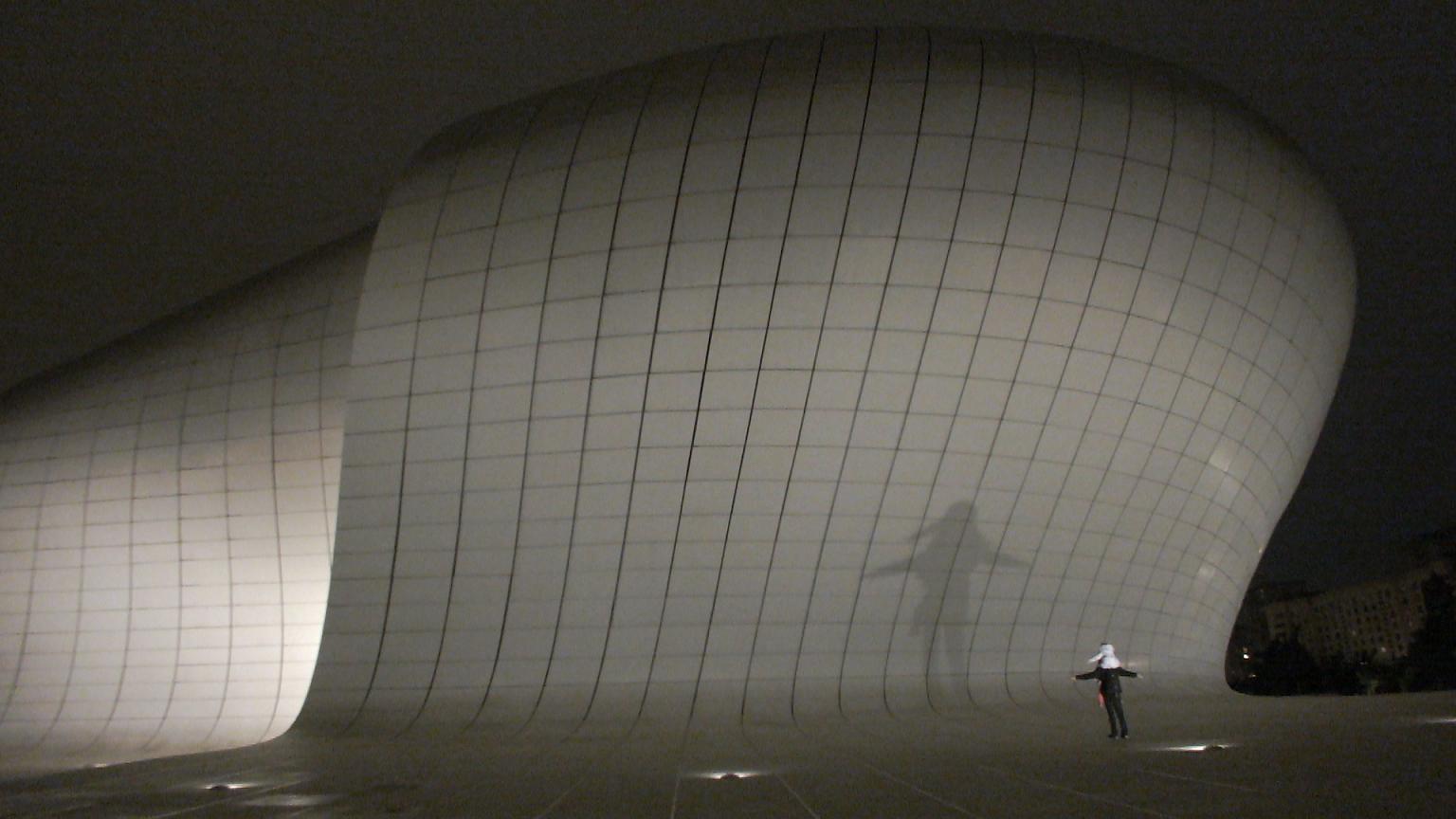 Театр теней у Центра Гейдара Алиева